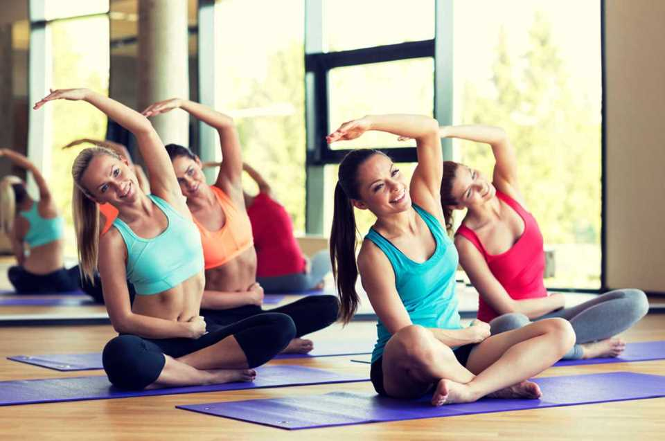 ginnastica-dolce-benessere-respirazione-movimenti-lenti-a-corpo-libero-attivita-indoor-al-chiuso