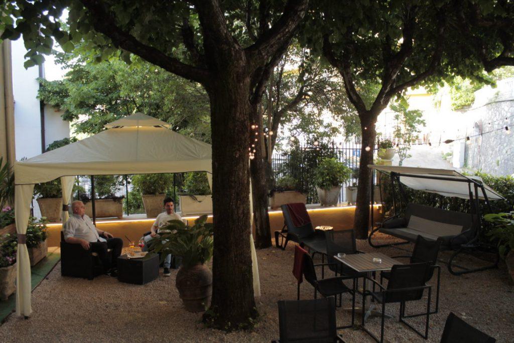 Il-nostro-giardino-con-aperitivo-relax-e-benessere-active-hotel-fiuggi-lazio-delle-ortensie-feeling-sport-vacanza