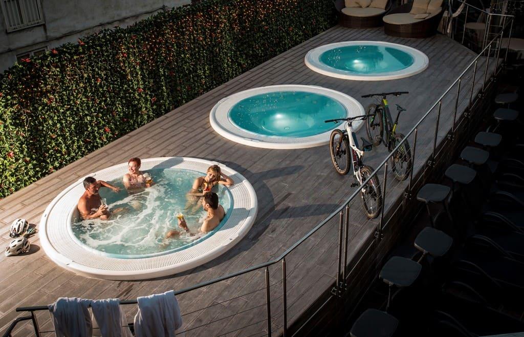 ambasciatori-spa-idromassaggio-vasche-piscine-esterne-con-bici-aperitivo-in-vasca-wellness-active-hotel-action-hotel