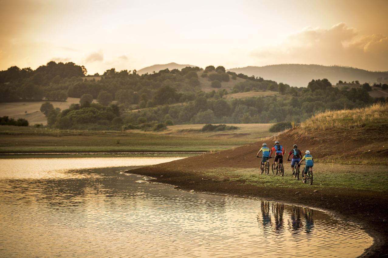 in-bici-al-lago-di-canterno-lago-fantasma-in-mountain-bike-e-byke-active-hotel-fiuggi-mtb